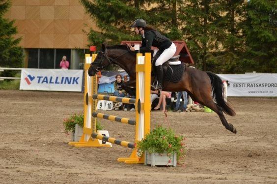 Anna-Karin poniga hüppamas